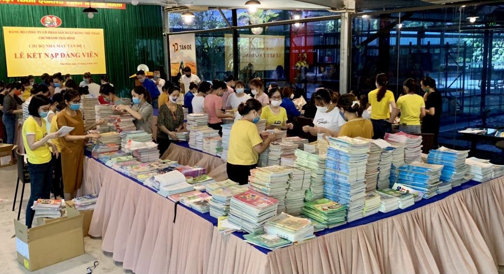 Đoàn viên thanh niên tiến hành phân loại, bọc sách