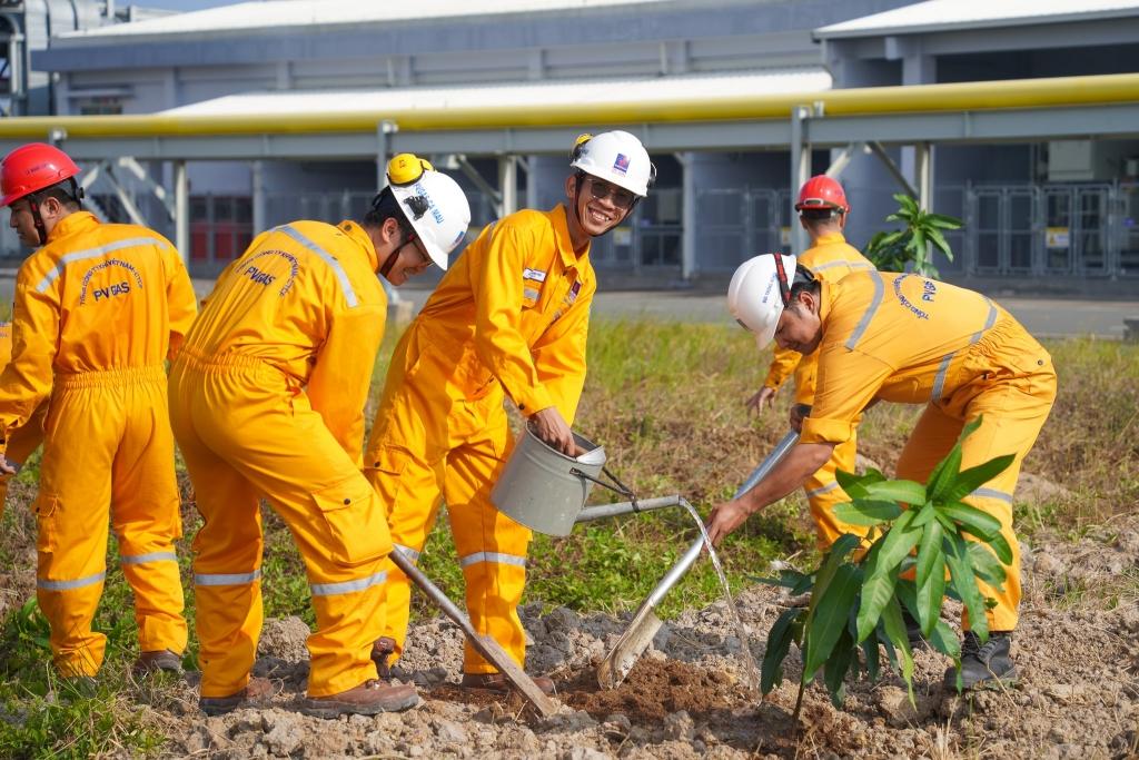 Tích cực tham gia trồng cây xanh, bảo vệ môi trường sống