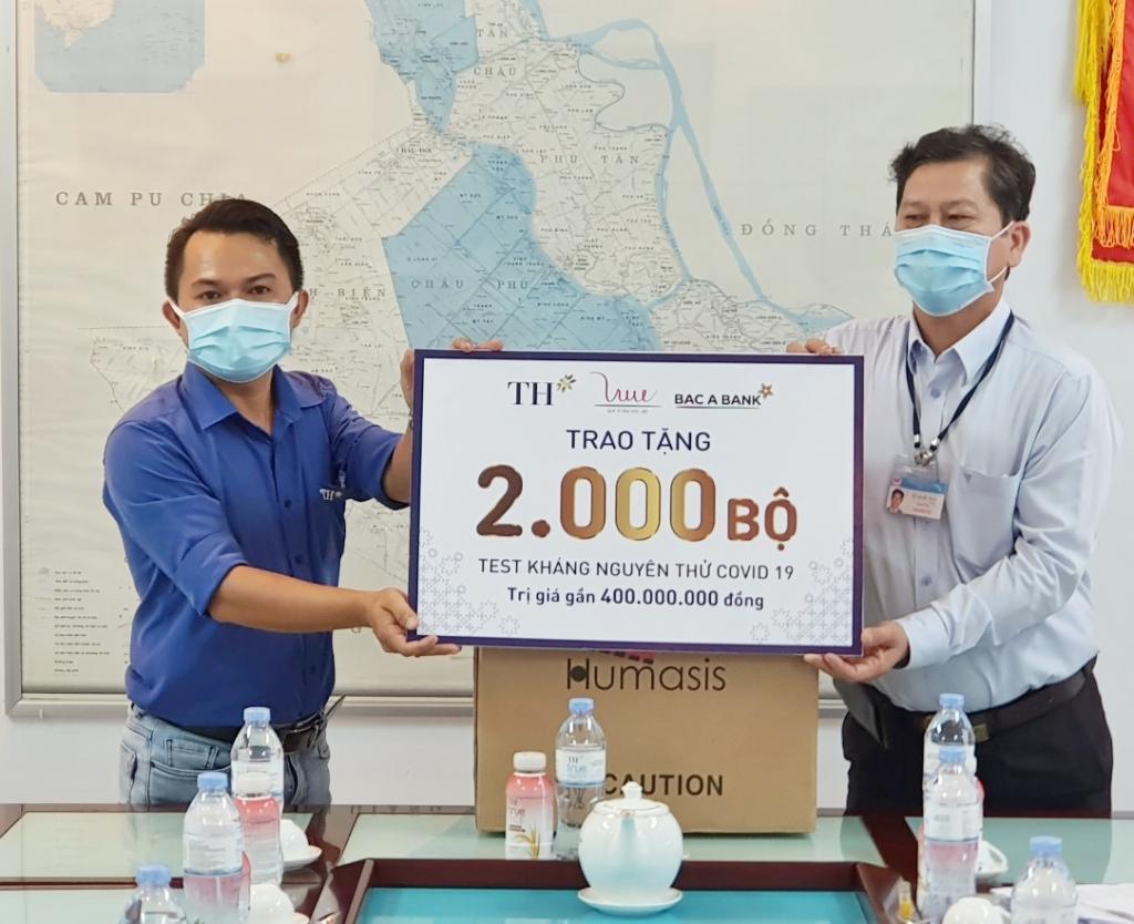 TH trao tặng 2000 bộ test nhanh Covid-19 tới Sở Y tế tỉnh An Giang.