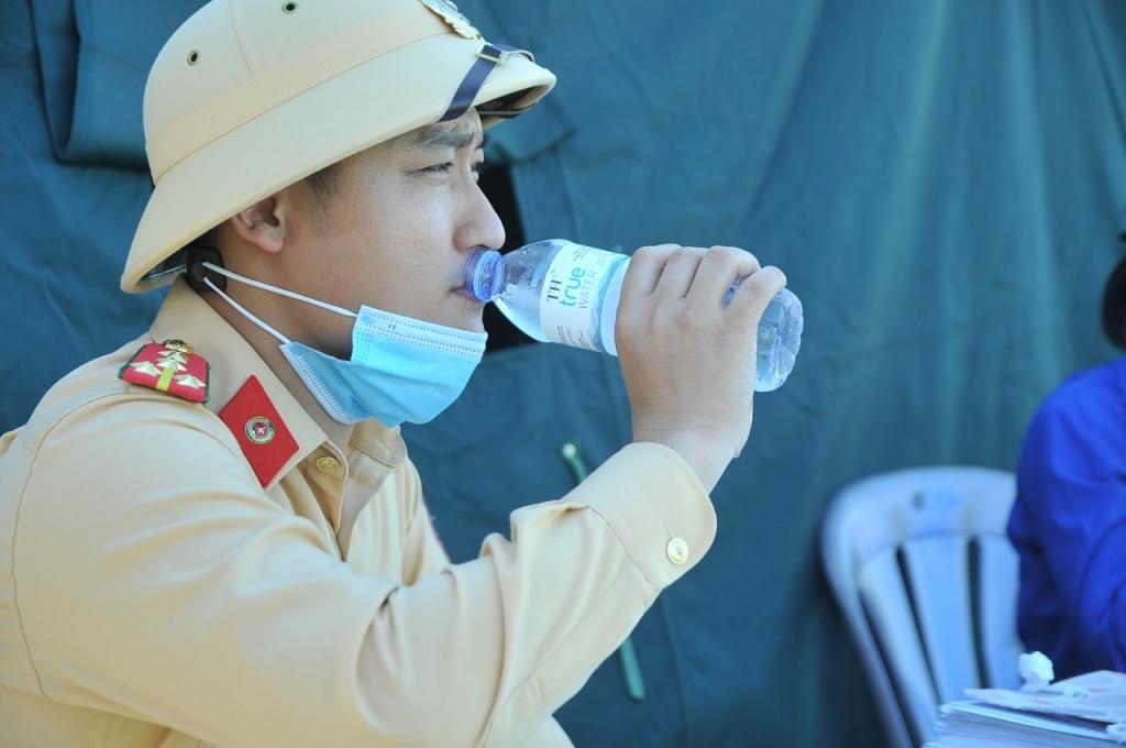 Phút nghỉ ngơi giữa trưa nắng gắt của chiến sĩ cảnh sát giao thông tại một chốt phong tỏa phòng chống dịch trên đại bàn tỉnh Nghệ An