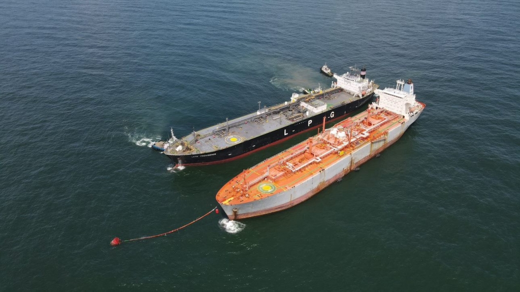 Hình ảnh tàu Leto Providence cập mạn thành công vào tàu Kho nổi