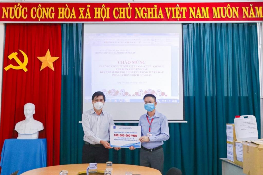 Lãnh đạo KVT trao tặng các thiết bị y tế cho Trung tâm Y tế Vũng Tàu
