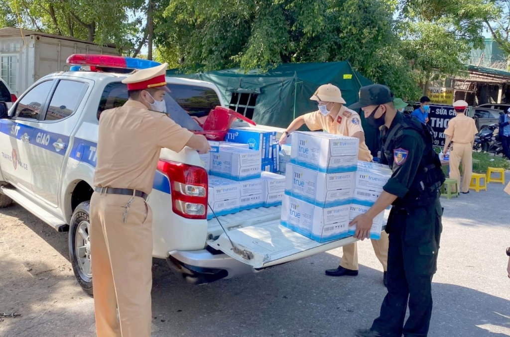 Hàng triệu sản phẩm đồ uống tốt cho sức khỏe do Tập đoàn sản xuất đã đến tay các lực lượng tuyến đầu chống dịch của ngành y tế, công an, cảnh sát, quân đội, các tình nguyện viên, và người dân bị ảnh hưởng bởi đại dịch, các khu cách ly trên cả nước