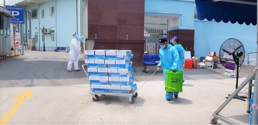 Trên hành trình trao tặng sản phẩm, chung tay chống dịch, TH tuân thủ tất cả các yêu cầu kiểm soát dịch bệnh như phun khử khuẩn, giãn cách xã hội,… đảm bảo những sản phẩm an toàn khi đến tay người dùng được tặng