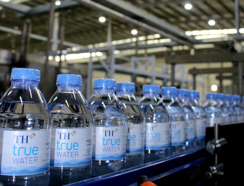 Nhờ các biện pháp phòng chống, dịch Covid-19 nhanh chóng, quyết liệt của công ty, các dây chuyền sản xuất nước tinh khiết và đồ uống tốt cho sức khỏe của TH vẫn hoạt động hết công suất, đảm bảo nguồn cung, đáp ứng nhu cầu thiết yếu của người dân.