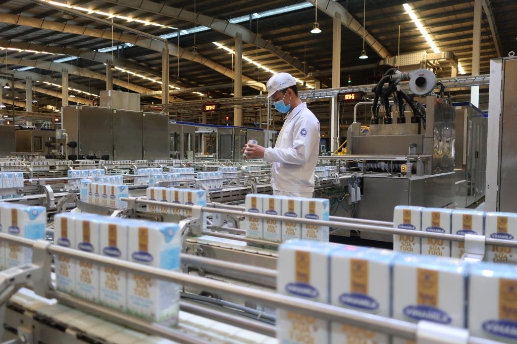"""Các nhà máy của Vinamilk trên cả nước thực hiện """"3 tại chỗ"""", duy trì sản xuất, đảm bảo đáp ứng nhu cầu sản phẩm dinh dưỡng trong dịch bệnh"""