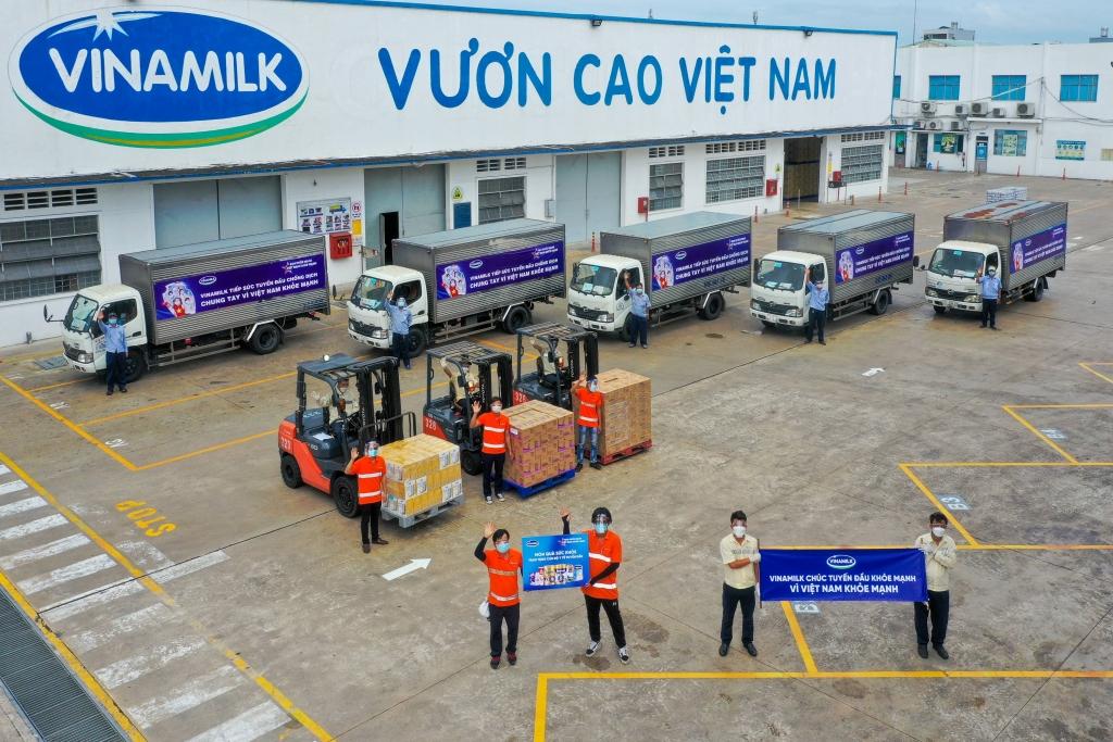 """Các chuyến xe với thông điệp """"Tuyến đầu khỏe mạnh, vì Việt Nam khỏe mạnh"""" đã đồng loạt khởi hành mang món quà của nhân viên Vinamilk gửi đến tuyến đầu"""