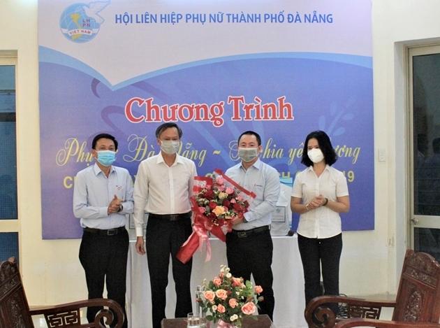 Đại diện Lãnh đạo Ban Dân vận, UBMTTQ và Hội LHPN Đà Nẵng tặng hoa cảm ơn tấm lòng vì cộng đồng của PV GAS