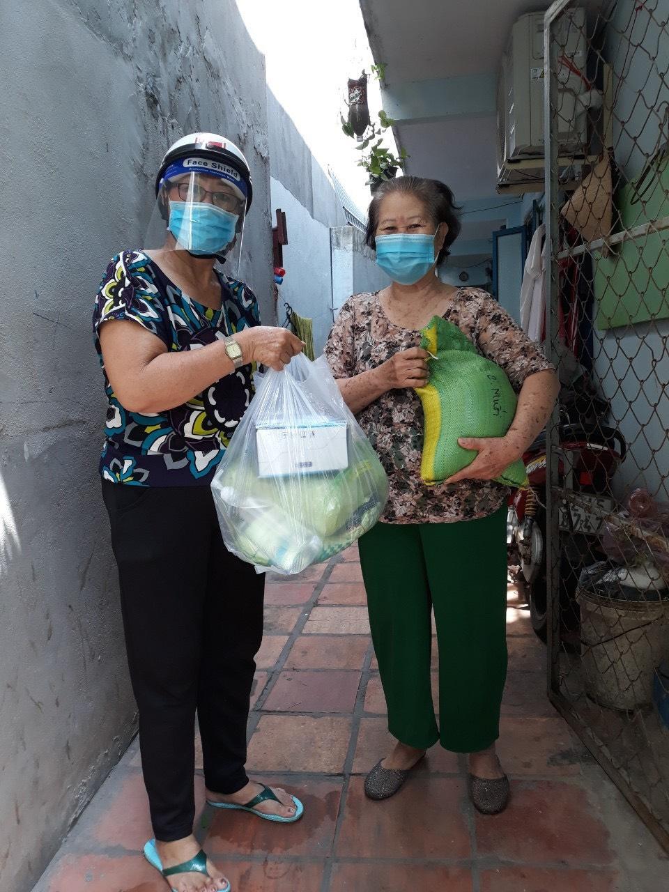 Xúc động đón nhận những món quà thiết yếu phòng chống dịch bệnh