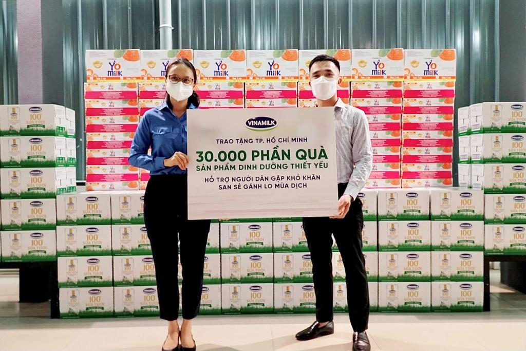 30.000 phần quà đã được Vinamilk trao cho Thành Đoàn TP.HCM để gửi đến người lao động, người dân khó khăn do ảnh hưởng của bệnh dịch trên địa bàn thành phố