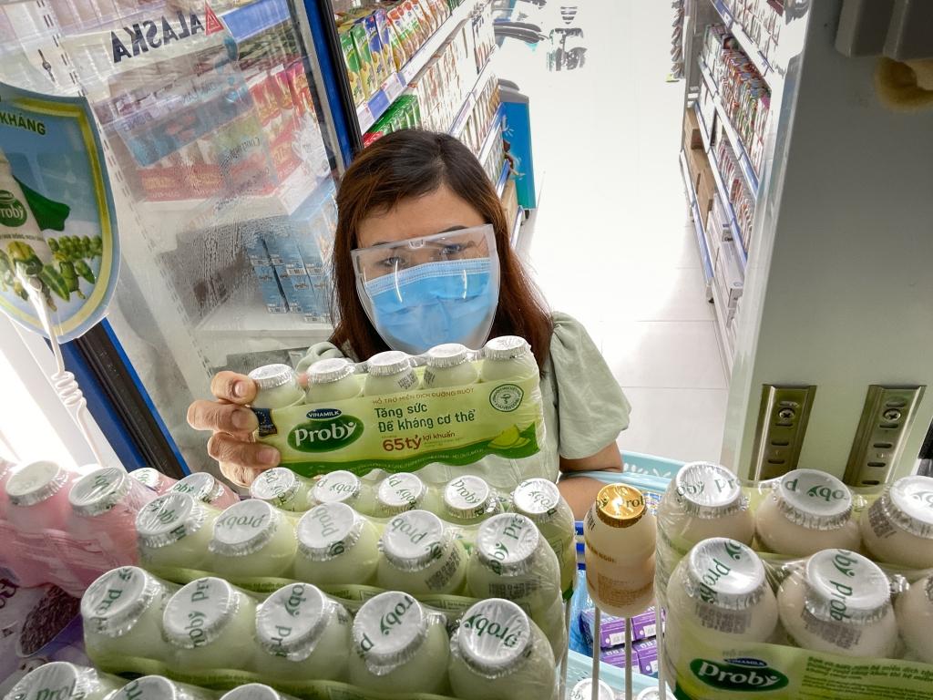 Vinamilk thực hiện chương trình hỗ trợ người tiêu dùng, tặng thêm các sản phẩm dinh dưỡng nhằm trợ giá mùa dịch