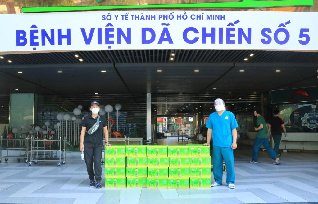 Bác sĩ Vũ Biên Luận - Đội trưởng Đội hậu cần bệnh viện dã chiến thu dung số 5 (khu chung cư Thuận Kiều Plaza, Q.5) đại diện nhận 40 thùng trà tự nhiên TH true TEA được chở từ UB MTTQ VN TP.HCM.