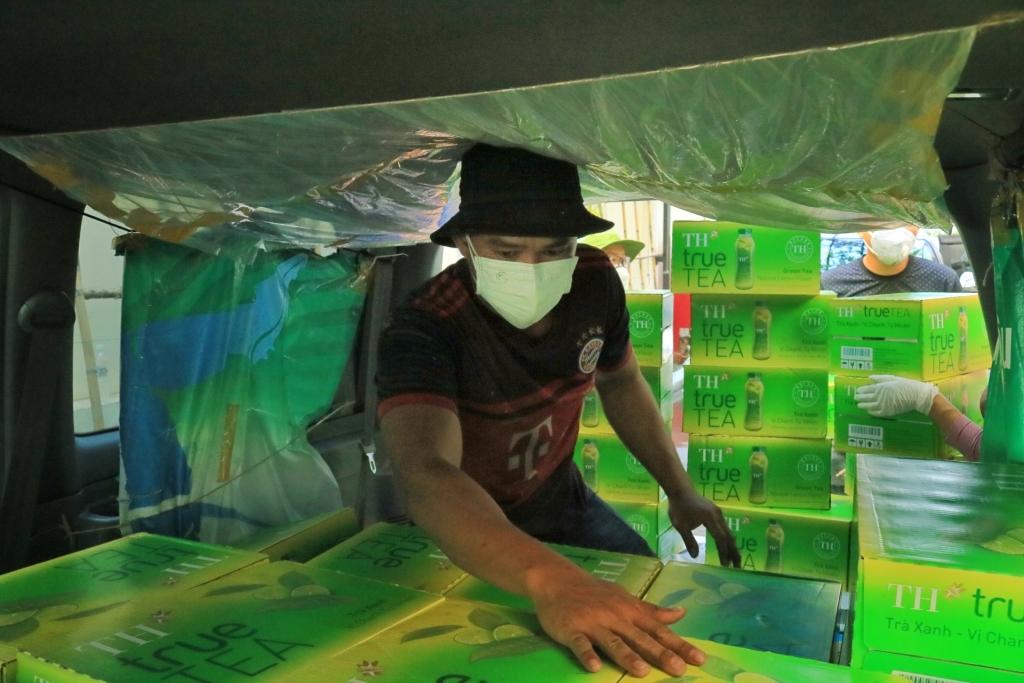 Sáng sớm, anh Hoàng Thế Mạnh (23 tuổi, TP.Thủ Đức) cùng hơn 10 tình nguyện viên tất bật vận chuyển hàng hóa lên xe để chở đến 30 bệnh viện, cơ sở y tế tuyến đầu ở các quận, huyện TP.Hồ Chí Minh.