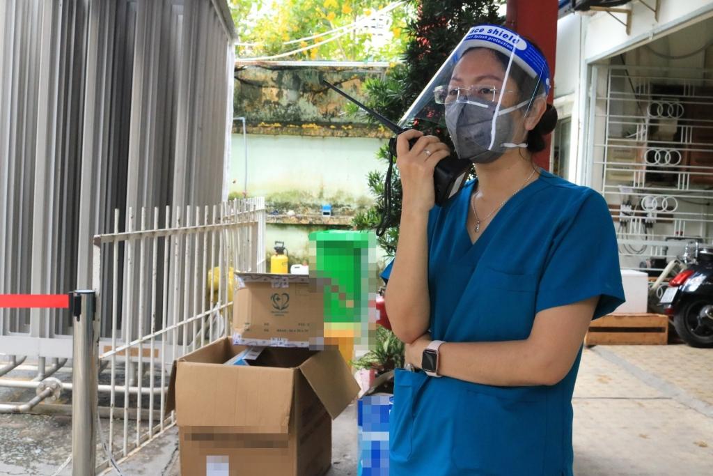 """Điều dưỡng Nguyễn Thị Xuân Ái (37 tuổi) đang công tác tại cơ sở thu dung, điều trị Covid-19 ở Q.Bình Thạnh: """"Chúng tôi biết, sau mỗi chuyến hàng là tình cảm của rất rất nhiều người. Chúng tôi thực sự ấm lòng""""."""