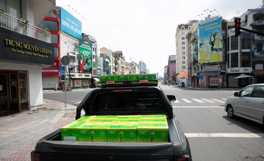 Đoàn xe chở 1.000 thùng trà xanh vị chanh TH true TEA (tương đương 24.000 sản phẩm) – món quà của Tập đoàn TH gửi tới các bệnh viện tuyến đầu Thành phố
