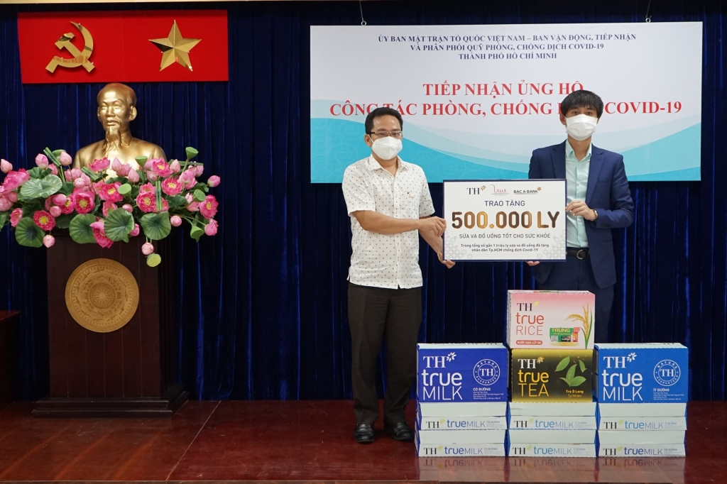 500.000 sản phẩm sữa tươi sạch và đồ uống tốt cho sức khỏe của Tập đoàn TH tiếp tục được gửi tới người dân TP HCM, chung tay đẩy lùi dịch bệnh Covid-19.