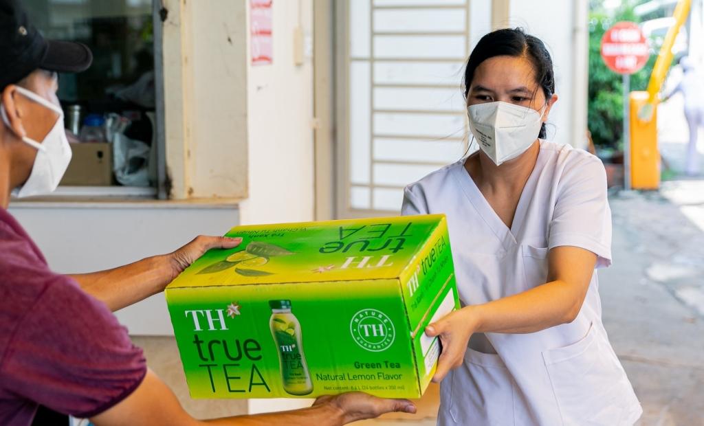 Trong các đợt trao tặng trước đó, hơn 450.000 sản phẩm TH cũng đã được trao tặng tới lượng lượng tuyến đầu và người dân TP HCM.