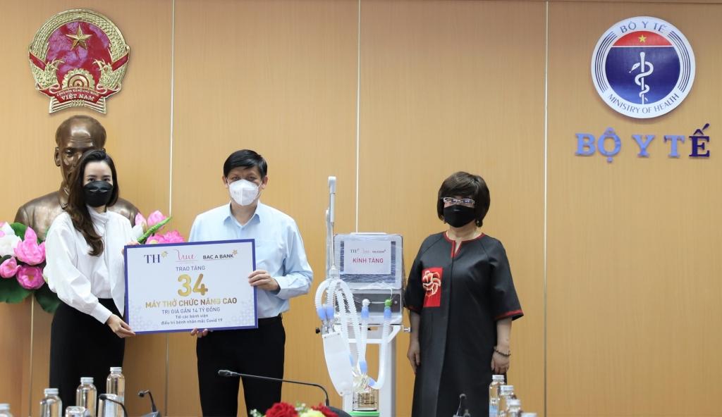 Bộ trưởng Bộ Y tế - Nguyễn Thanh Long tiếp nhận 34 máy thở do Tập đoàn TH, Ngân hàng TMCP Bắc Á, thông qua Quỹ Vì Tầm vóc Việt trao tặng sáng ngày 1/9. Ảnh: Bộ Y tế
