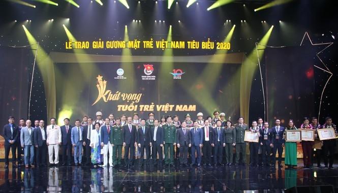 Các đại biểu chụp ảnh lưu niệm với 10 gương mặt trẻ Việt Nam tiêu biểu năm 2020.