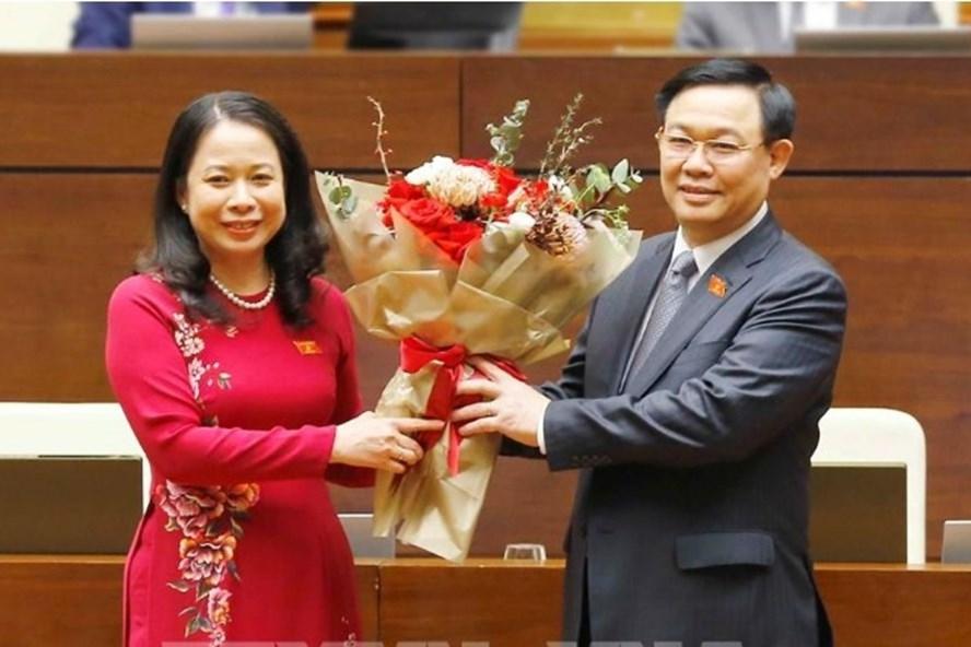 Chủ tịch Quốc hội Vương Đình Huệ tặng hoa chúc mừng Phó Chủ tịch Nước Võ Thị Ánh Xuân. Ảnh: Doãn Tấn/TTXVN
