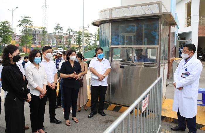 Phó Bí thư Thường trực Thành ủy Nguyễn Thị Tuyến cùng lãnh đạo các sở, ban, ngành, quận, huyện tại buổi kiểm tra sáng nay (8/5) tại Bệnh viện K cơ sở Tân Triều.