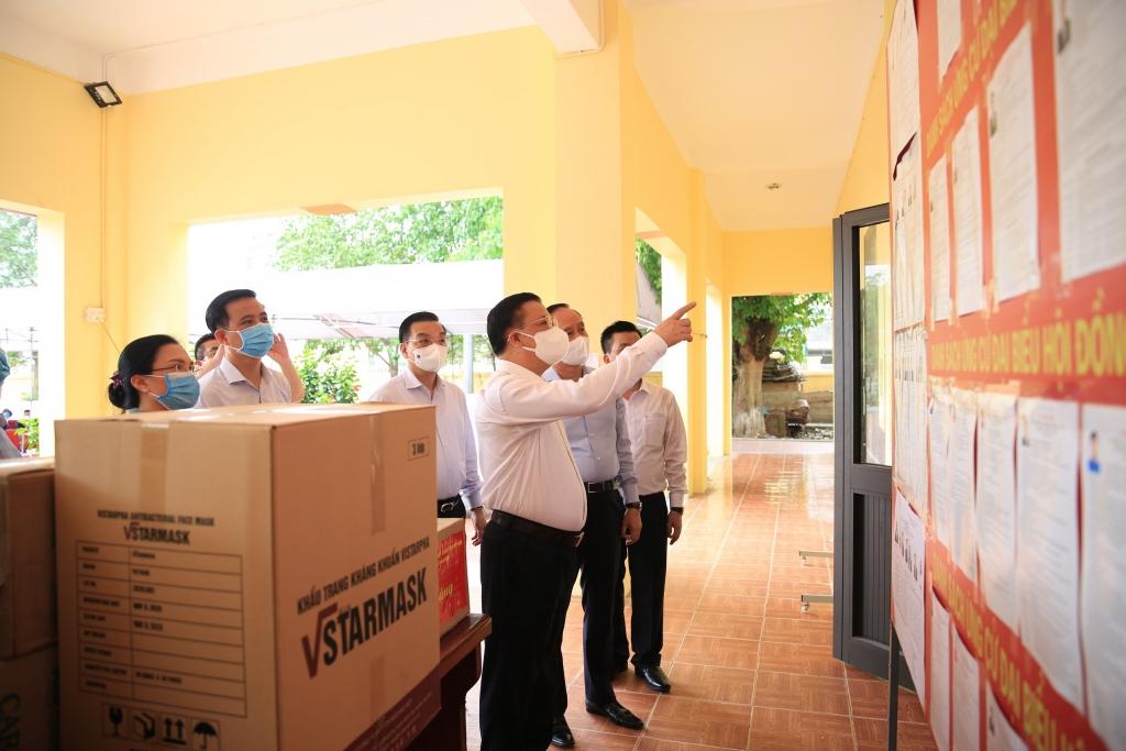 Bí thư Thành ủy Hà Nội Đinh Tiến Dũng và các đồng chí lãnh đạo thành phố kiểm tra công tác chuẩn bị bầu cử và phòng, chống dịch Covid-19 tại khu vực bỏ phiếu số 1, xã Kim Chung, huyện Đông Anh.