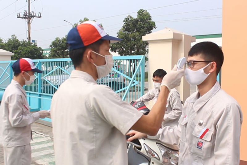 Các doanh nghiệp trên địa bàn Thành phố thường xuyên tổ chức đo nhiệt độ, rửa tay sát khuẩn và khai báo y tế cho công nhân.