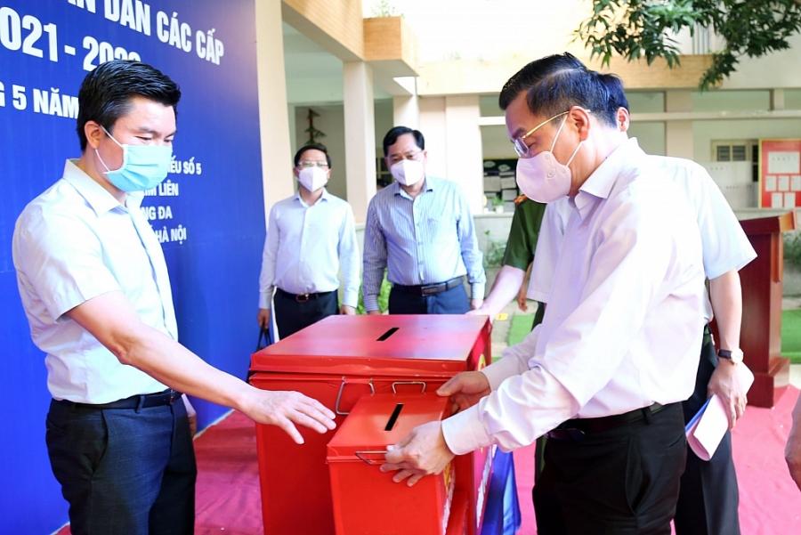 hủ tịch UBND TP Chu Ngọc Anh, Trưởng đoàn Công tác số 1 của Thường trực Thành ủy kiểm tra hòm phiếu