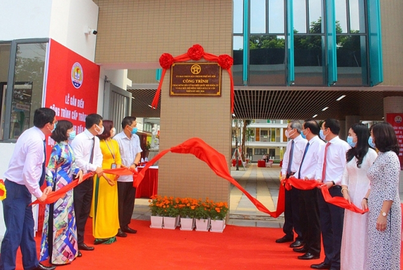 Gắn biển 2 công trình trường học cấp thành phố chào mừng bầu cử tại quận Ba Đình