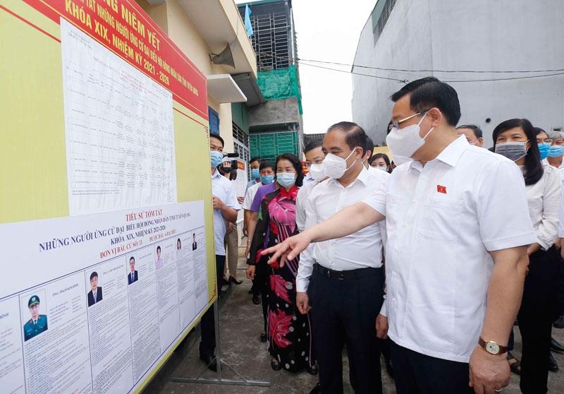 Chủ tịch Quốc hội Vương Đình Huệ kiểm tra công tác bầu cử tại đơn vị bỏ phiếu số 2, phường An Tường, TP Tuyên Quang.