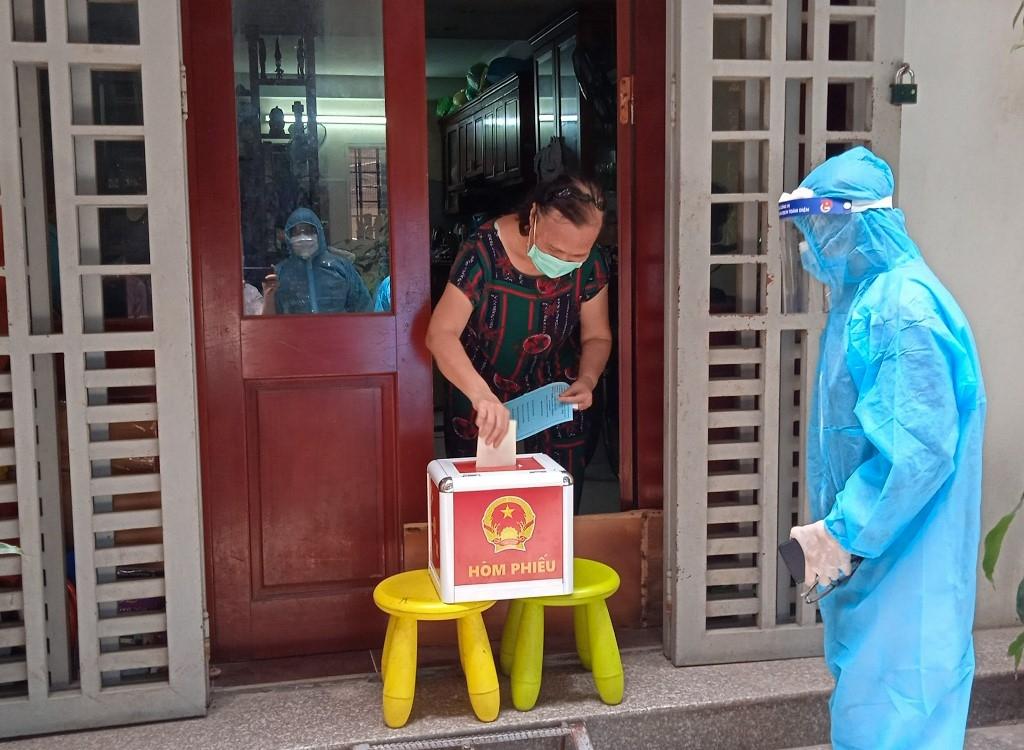 Cử tri phường Cống Vị (quận Ba Đình) bỏ phiếu thực hiện quyền công dân