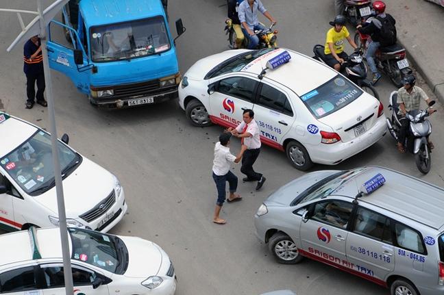 """Lái xe taxi đánh """"hội đồng"""" đối phương sau va chạm giao thông"""