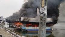 Hà Nội: Khói lửa bốc ngùn ngụt tại nhà hàng nổi bỏ hoang ở Hồ Tây
