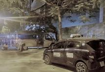 Hà Nội: Xe 16 chỗ va chạm taxi rồi tông sập cổng nhà, 2 cháu bé nhập viện