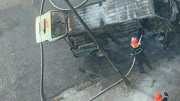 Hà Nội: Ô tô 16 chỗ bất ngờ bốc cháy ngùn ngụt trên đường Lạc Long Quân