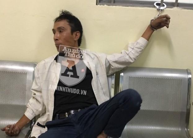 canh sat co dong tom doi tuong giau 6 goi heroin trong ao khoac