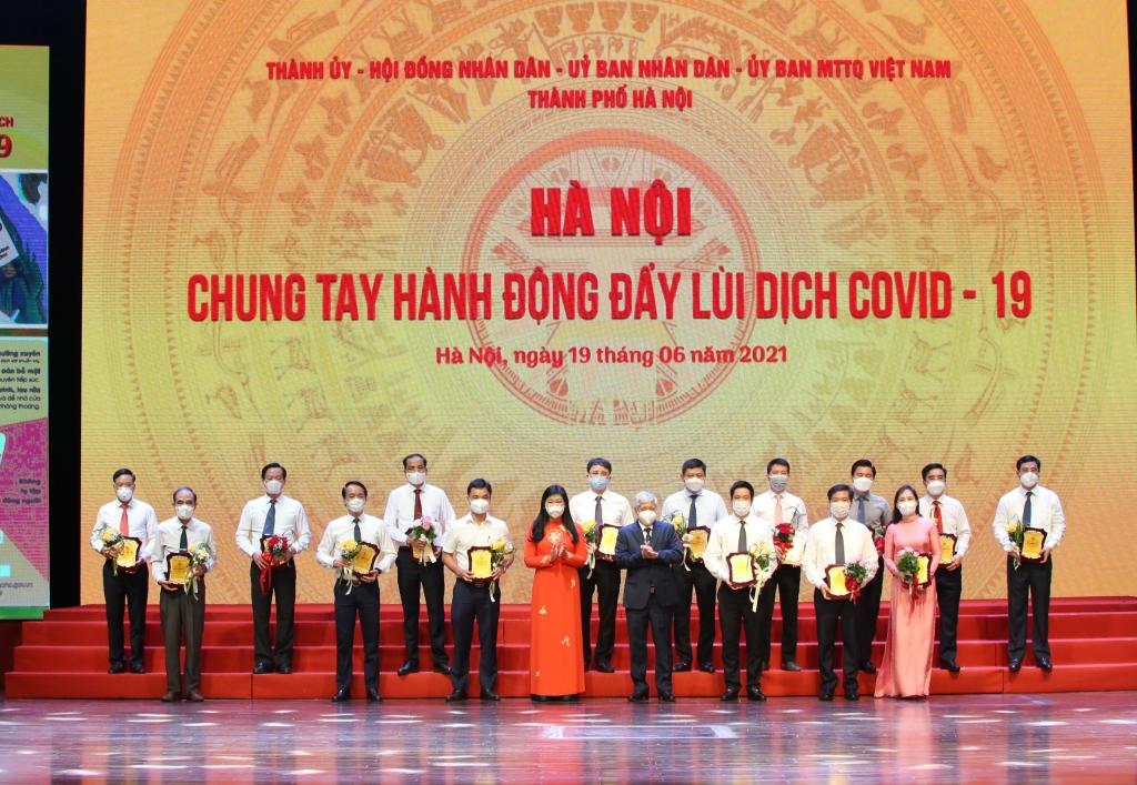 Chủ tịch Ủy ban Trung ương MTTQ Việt Nam Đỗ Văn Chiến và Chủ tịch Ủy ban MTTQ Việt Nam TP Hà Nội Nguyễn Lan Hương tiếp nhận ủng hộ
