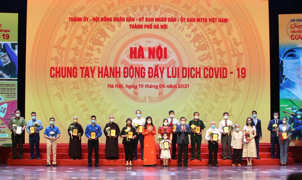 Bí thư Thành ủy Hà Nội Đinh Tiến Dũng và Chủ tịch Ủy ban MTTQ Việt Nam TP Hà Nội Nguyễn Lan Hương tiếp nhận ủng hộ