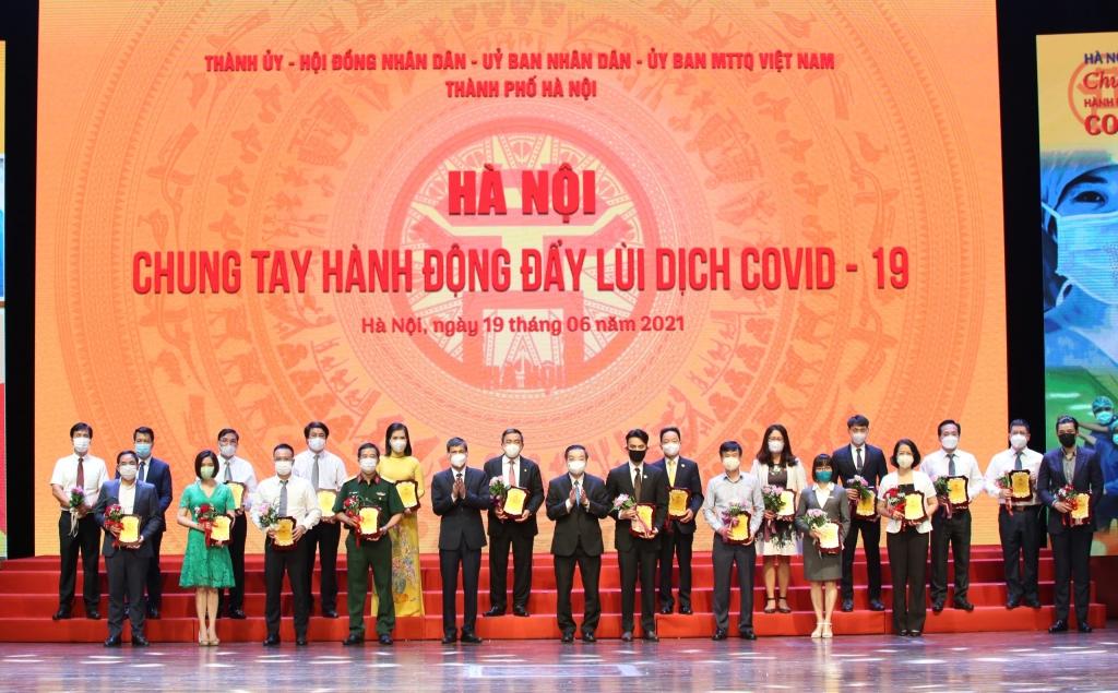 Chủ tịch UBND TP Hà Nội Chu Ngọc Anh và Phó Chủ tịch Thường trực Ủy ban MTTQ Việt Nam TP Hà Nội Nguyễn Anh Tuấn tiếp nhận ủng hộ
