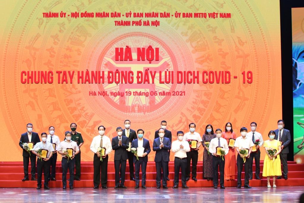 Chủ tịch UBND TP Hà Nội Chu Ngọc Anh và  Phó Chủ tịch Thường trực Ủy ban MTTQ Việt Nam TP Hà Nội Nguyễn Anh Tuấn trao biểu trưng cảm ơn các đơn vị, tổ chức