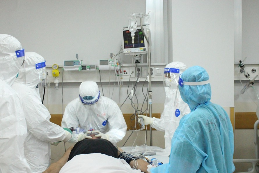 Bác sĩ đang nỗ lực hỗ trợ bệnh nhân COVID-19 nặng