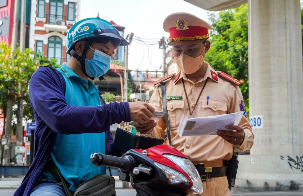 Công an Hà Nội kiểm tra giấy đi đường của người tham gia giao thông trong thời điểm TP thực hiện giãn cách xã hội.