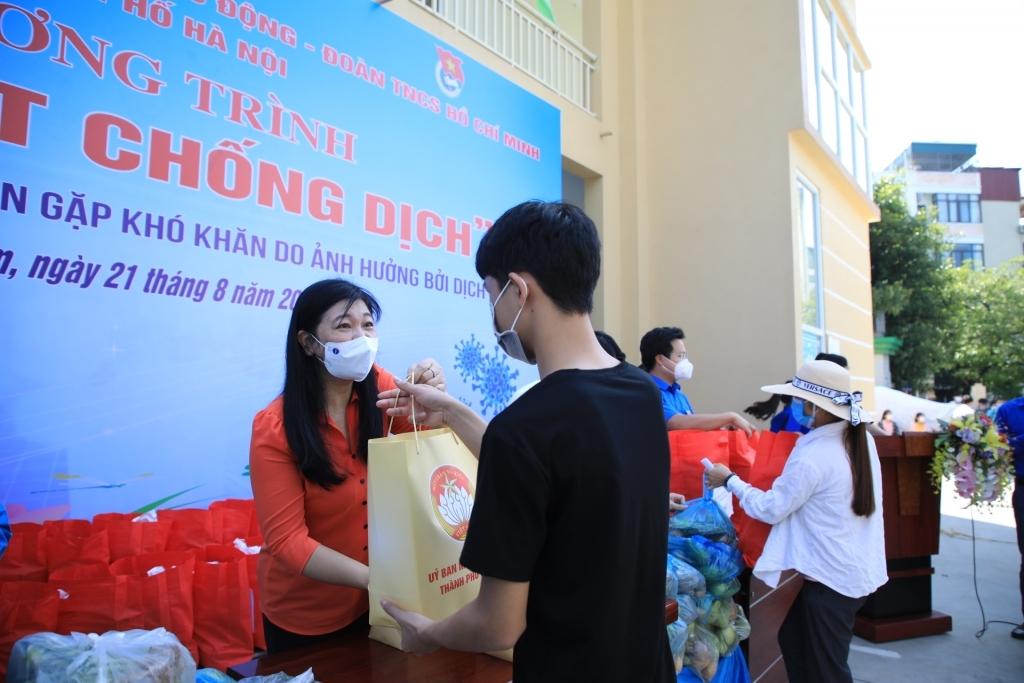 Chủ tịch Ủy ban MTTQ Việt Nam TP Hà Nội Nguyễn Lan Hương trao tặng các phần quà tới người lao động nghèo và sinh viên ngoại tỉnh