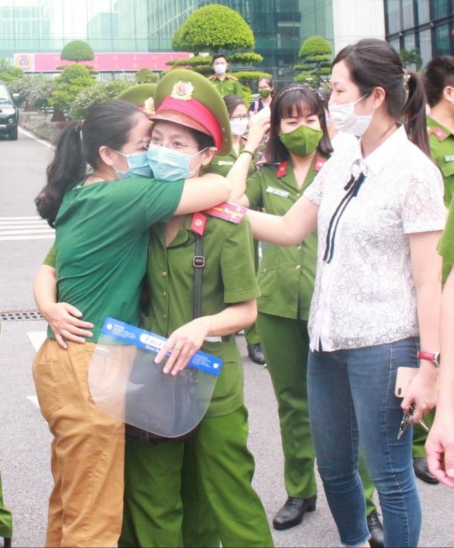 Đồng đội động viên 2 nữ chiến sĩ tham gia công tác chống dịch