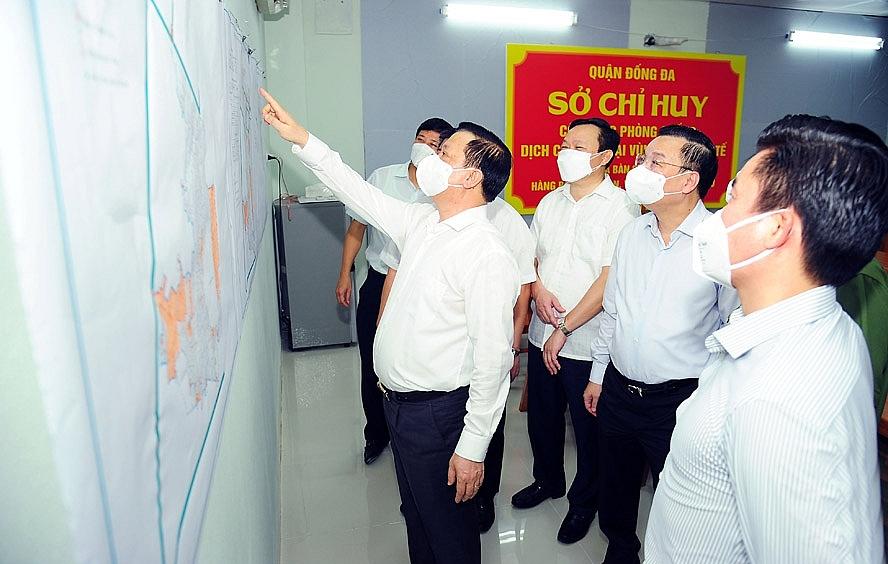Bí thư Thành ủy Hà Nội Đinh Tiến Dũng, Chủ tịch UBND thành phố Hà Nội Chu Ngọc Anh kiểm tra công tác phòng, chống dịch Covid-19 tại Khu điều hành của Sở chỉ huy khu vực ngõ Văn Chương
