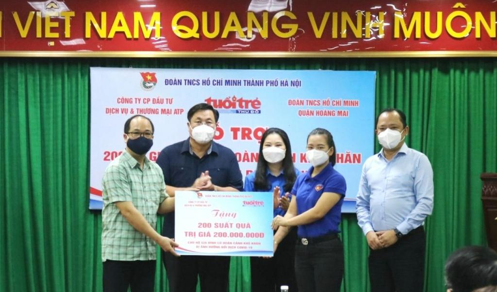 Các đồng chí lãnh đạo quận Hoàng Mai, Thành đoàn Hà Nội, báo Tuổi trẻ Thủ đô và Công ty Cổ phần đầu tư thương mại và dịch vụ ATP trao hỗ trợ tượng trưng cho 200 hộ gia đình có hoàn cảnh khó khăn trên địa bàn quận Hoàng Mai
