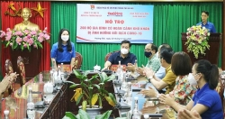 Trao 200 suất quà cho các hộ gia đình có hoàn cảnh khó khăn trên địa bàn quận Hoàng Mai