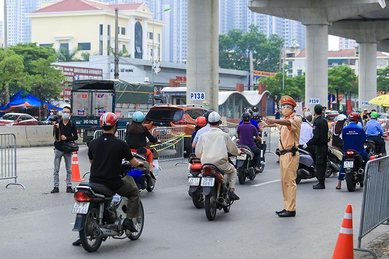 Lực lượng tại chốt kiểm soát phòng, chống dịch trên đường Cầu Diễn
