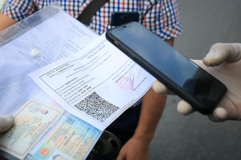 Lực lượng kiểm soát quét mã QR trên mẫu giấy đi đường mới được cấp
