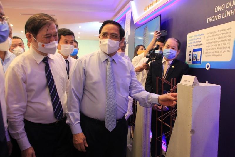 Thủ tướng Phạm Minh Chính tham quan Triển lãm thành tựu Khoa học và Công nghệ.
